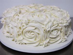 glacê-para-bolo-com-cobertura-de-rosas-de-merengue-como-fazer